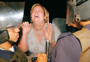 19 de marzo del 2004: María Fernanda Flores de Alemán se resiste a que los antimotines trasladen a don Arnoldo Alemán a la cárcel La Modelo por órdenes de la juez Juana Méndez. Es día de San José. Las negociaciones liberosandinistas estaban en punto bajo.