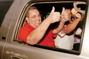 3 de diciembre del 2004: Triunfalista una vez más, rumbo a El Chile, luego de ser sobreseído en el caso del Canal 6.