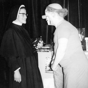 En hábito de monja, en Barcelona (1967), con el payaso Charlie Rivel. Siempre ha soñado con ser actriz de un circo.