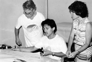 En la edición de El Tayacán, (1982-1992), con el padre Gabriel Rodríguez y el caricaturista Manuel Guillén, quien inició allí su carrera.