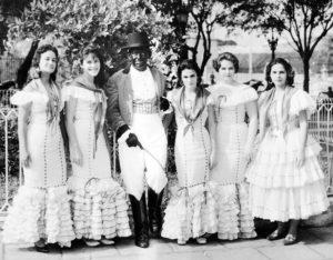 En la Habana (1959), primeros carnavales de la revolución. Ella está a la izquierda, su padre Nivio López Pellón, vestido de calesero, al centro; y a su lado, su hermana Lourdes.