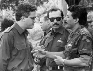 1991. Lenín Cerna platica con los generales Oswaldo Lacayo y Hugo Torres, quien fue el primer Jefe de la Seguridad del Estado Sandinista.