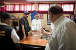 El comisionado Avellán dialogó  en Masaya con los sacerdotes católicos y el defensor de derechos humanos, Álvaro Leiva. LA PRENSA/ CORTESÍA/ CARLOS HERRERA