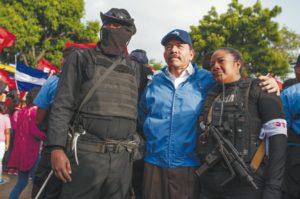 Policías encapuchados se fotografiaron con Daniel Ortega, en julio del 2018. LA PRENSA/ ARCHIVO