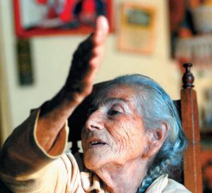 María del Tránsito Castro tiene 109 años y es la más vieja del valle de Ocotalillo, donde vive su familia. Ese lugar queda como a tres kilómetros, bajando del cerro La Cruz.