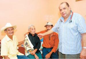 El médico Mauricio Altamirano cree en la medicina natural y tiene un cuadro de Nando en su consultorio. Aquí está atendiendo a unos pacientes donde el curandero famoso estuvo días antes de morir.