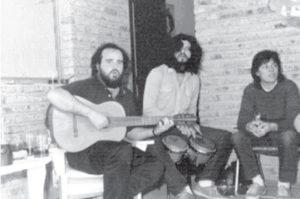 A los 20 y tanto, ya no quería ser músico sino veterinario, pero igual le gustaba la vida bohemia y tocar guitarra, como se ve acá cuando todavía tenía pelo y usaba barba estilo