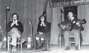 A los 15, quería ser artista musical y tocaba varios instrumentos, como la flauta en esta fotografía.