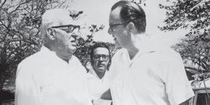 El triunviro general retirado Roberto Martínez Lacayo y Anastasio Somoza. En el centro, al fondo, José Rizo.
