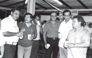 Edmundo Jarquín fue gran amigo del Director del Diario La Prensa, Pedro Joaquín Chamorro. Aquí Jarquín yace a la izquierda de Chamorro, en una tertulia de periodistas en la antigua sede de La Prensa.