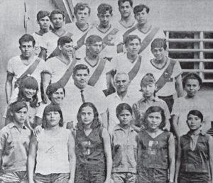 1965 con el equipo de atletas del Instituto Ramírez Goyena que participó y ganó en una competencia. Ampié tenía 15 años.