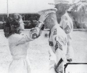 1971 como cadete aparece con Yolanda Fernández, hija de general Fernández. La reina le pone el quepis al cadete.