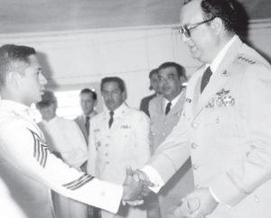 El general Anastasio Somoza Debayle le entrega el diploma.