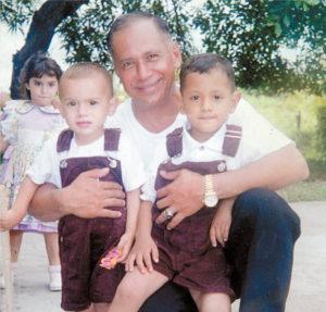 1999. Otra escena familiar. Con el pequeño Ernesto José y Rodolfo Uriel Ampié.