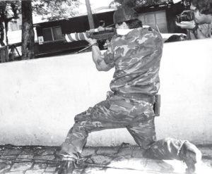 Donald Mendoza empuñando su arma.