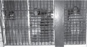 Humberto Castilla, Luis Sánchez y Alfredo César, en calzoncillos, usados como escudos humanos.