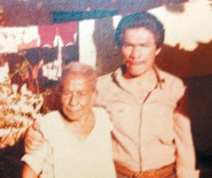 Donald Mendoza con su abuela doña Esmeralda García, pariente de Somoza García. 1981.