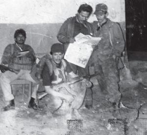 Donald Mendoza, leyendo el perió-dico en San Jerónimo Darailí, al este de Condega, después de la toma de la UNO.