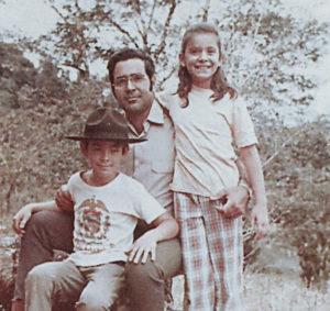 Jorge Salazar junto a sus hijos Jorge y Karla.