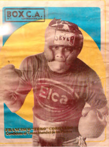 Vistiendo la propaganda de su patrocinador, previo al título mundial de plumas en 1977.