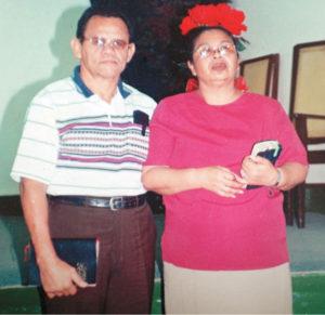 Con su esposa Yolanda Portobanco en la iglesia evangélica a la cual asiste desde hace un año.