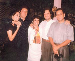 Celebrando con sus hermanos en la Navidad de 1996.