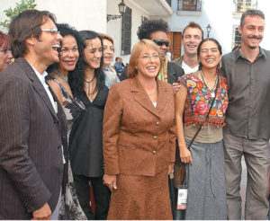 En la toma de posesión de Michelle Bachelet, Presidenta de Chile desde el 2006, junto a otros artistas invitados como Julieta Venegas y Lila Down.