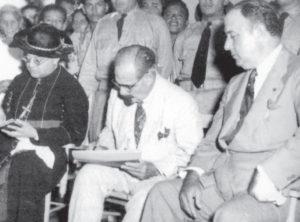 Vestido de blanco, el presidente Argüello es observado muy de cerca por el dictador Anastasio Somoza García, que vio en él a un hombre educado y dócil con el que podía continuar mandando.