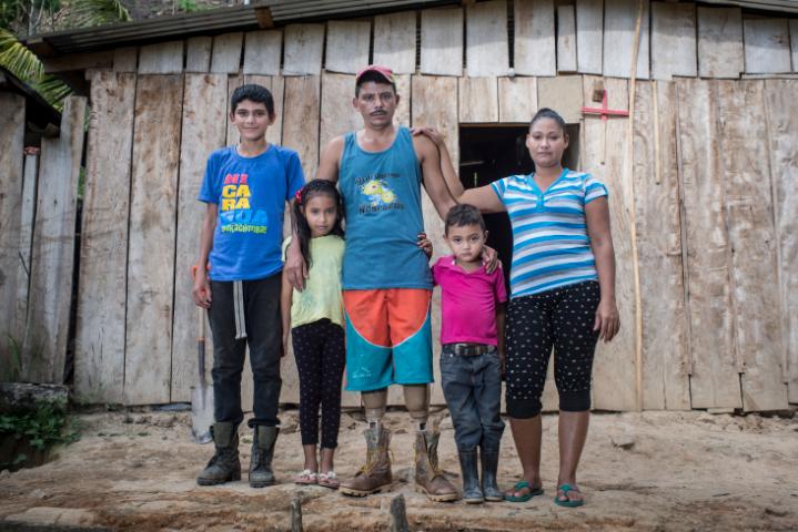 Sergio Rafael Lanzas de 14 años ha asumido gran parte del trabajo en el campo. Anayanci va a escuela de Cerro Bonito, Josué se queda en la casa acompañando a sus padres. LA PRENSA/O.Navarrete