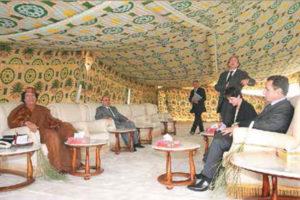 Llevaba sus carpetas de un lado a otro y recibía a sus invitados en ellas. Aquí en una reunión con el presidente Nicolás Sarkozy, quien luego dijo que