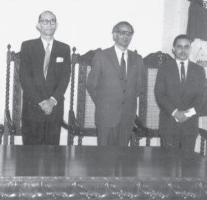 Marino Fiallos Gil (a la Izquierda), fue a el primer rector tras la conquista de la autonomía . El Doctor Carlos Tünnermann (a la derecha) le sucedió en el cargo.