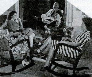 En primer plano sentada a la izquierda, Angélica Balladares, acompañada de su hijo y amistades.