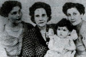 Doña Angélica, a la edad de 78 años, su nieta Angélica y su bisnieta Cecilia de 19 meses.