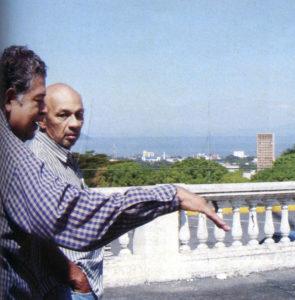 Eugenio Membreño y Carlos Huembes recuerdan en las ruinas de la antigua Casa Presidencial donde estaban los sótanos en los que cientos fueron torturados.
