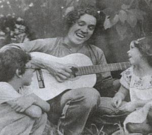 Luis Enrique Mejía con sus hijos Alejandro y América, en 1975.