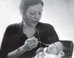 1977. Con Tino Ortega, uno de sus hijos. Ella es muy apegada a sus vástagos pequeños.