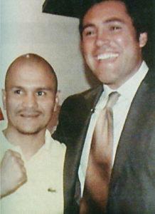 Rosendo está convencido que nació para ser boxeador. En la imagen junto a Oscar de la Hoya.