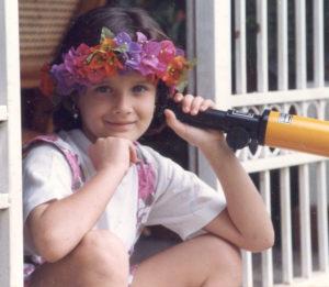 A los trece años inició clases de etiqueta y modelaje.