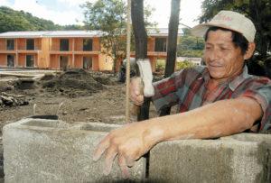 Arnulfo Romero, 56 años, es un granadino jefe de una cuadrilla de obreros nicaragüenses que construyeron apartamentos en Playa Los Cocos, Guanacaste.