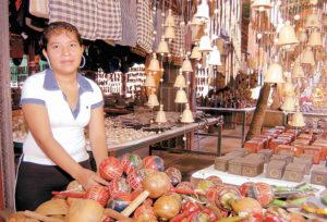 Lorena Calderón Mendoza, vende artesanías en Playa Los Cocos.