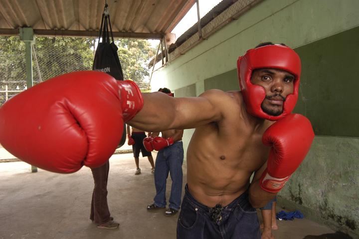Adolfo Méndez, da una demostración de boxeo a los reclusos de la cárcel de Chinandega.