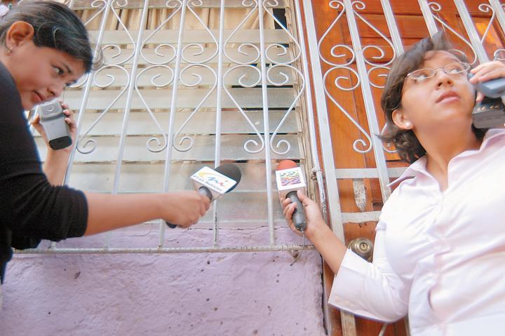 Lucía Pineda (a la derecha), de canal 2, entrevista junto a Karla Acosta de Canal 8,
