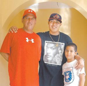 """""""Nosotros éramos pobrecitos y esto nos vino a cambiar la vida"""", reconoce Danilo (padre). En la fotografía Danilo junto con su padre y hermano."""