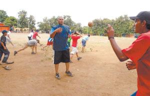 Todos los días por la tarde Gonzalo López juega beisbol con sus amigos del barrio, en el campo de beisbol de las Américas Uno.