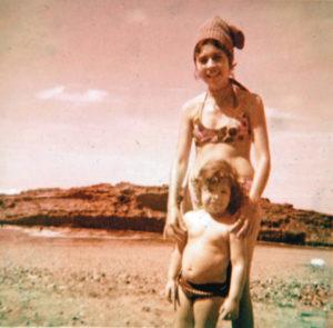 En la playa con su madrina y prima Olga Callejas Vaughan.