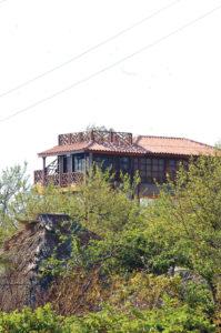 La casa de Francisco López en el balneario El Tránsito, la están construyendo y tiene tres pisos.