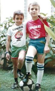 Jugando fútbol con su hermano, en 1982.
