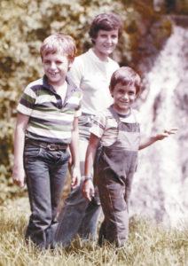 Con su hermano mayor y su mamá Margarita Vannini, durante un paseo en Estelí.