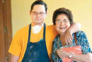 Marlene Stadthagen, también fundadora, junto a José, su hijo de 33 años.