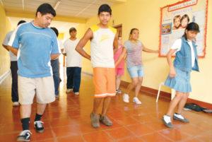 Los viernes por la tarde, algunos de los jóvenes reciben clases de danza.